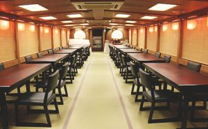 貸切り 屋形船 東京 船清 椅子テーブル写真