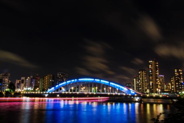 東京の隅田川の永代橋(ライトアップ)